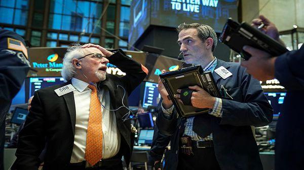 Dow Jones sụt 700 điểm khi dịch bệnh tại Mỹ bùng phát dữ dội - Ảnh 1.