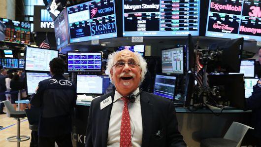 Dow Jones tăng 250 điểm trong hi vọng về gói giải cứu mới - Ảnh 1.