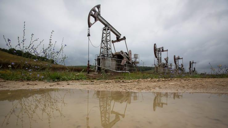 Giá xăng dầu hôm nay 13/10: Dầu giảm trở lại khi các nhà sản xuất dần khôi phục sau bão - Ảnh 1.