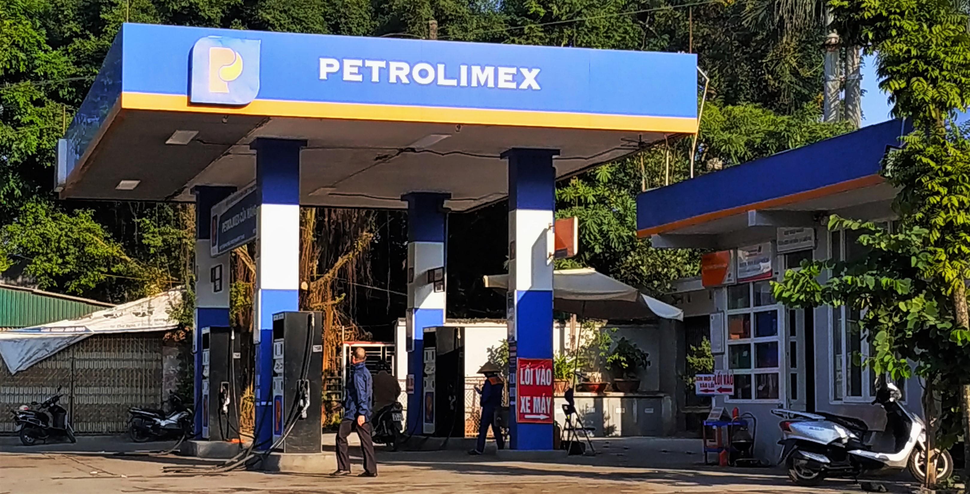 Petrolimex đình chỉ nhân viên bán dầu có lẫn nước - Ảnh 1.