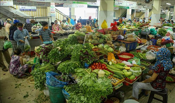 Rau xanh tại Đà Nẵng khan hiếm, tăng giá sau mưa lũ - Ảnh 1.
