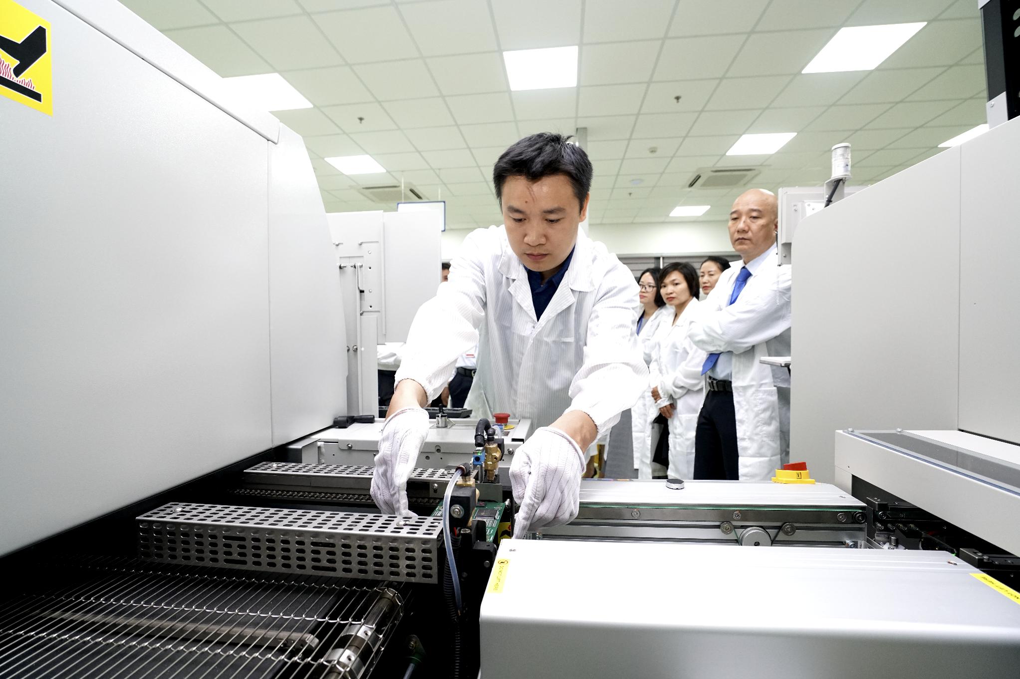 Khu CNTT tập trung Đà Nẵng đưa dự án sản xuất và lắp ráp thiết bị điện tử công nghệ cao đầu tiên hoạt động - Ảnh 3.