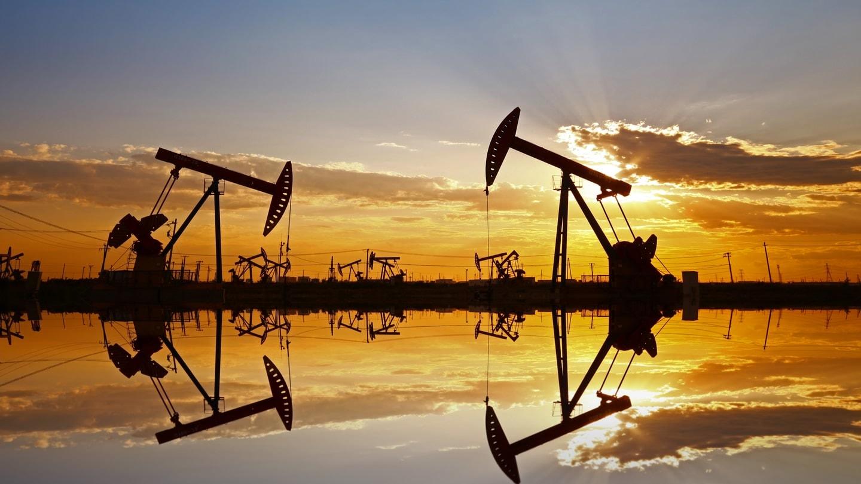 Giá xăng dầu tuần tới: Chịu áp lực giảm do làn sóng COVID-19 mới bao trùm khắp châu Âu - Ảnh 1.