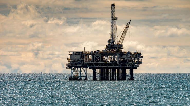 Giá xăng dầu hôm nay 27/10: Dầu tiếp tục giảm do đại dịch COVID-19 tăng cao - Ảnh 1.