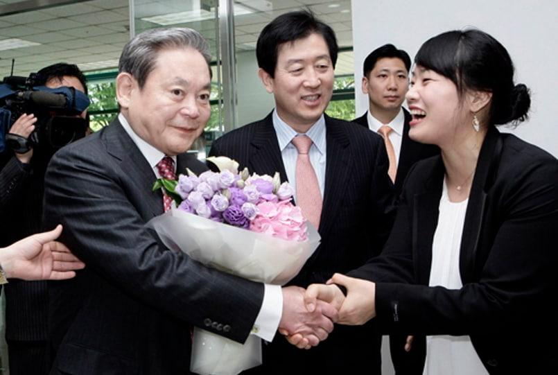 Giá nhiều cổ phiếu thuộc họ Samsung tăng vọt sau cái chết của Chủ tịch Lee Kun-hee - Ảnh 1.