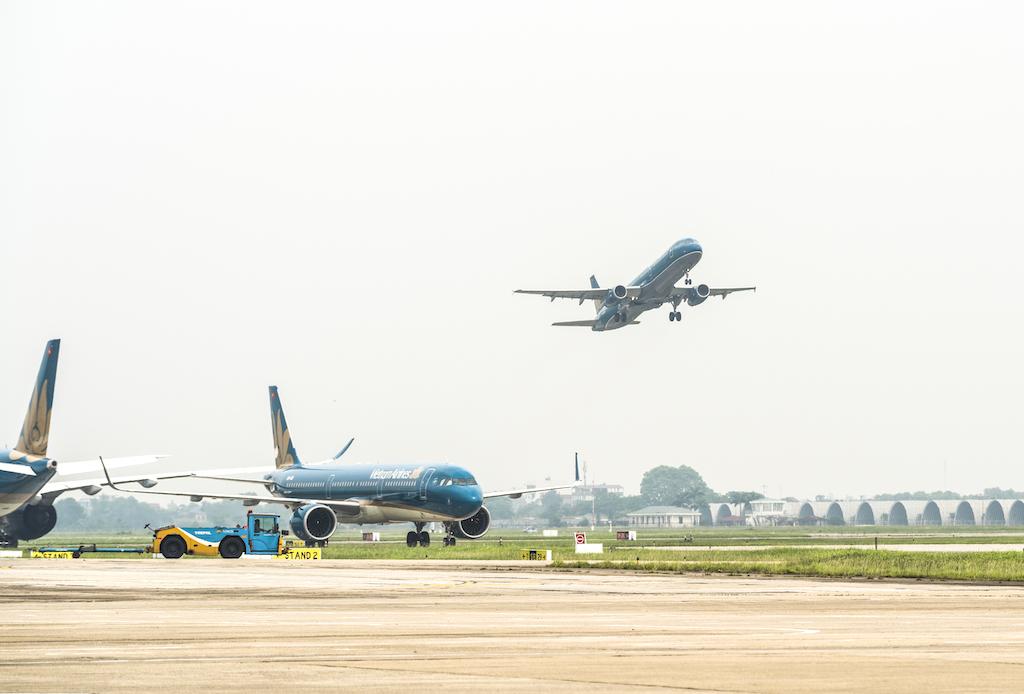 Hàng không điều chỉnh kế hoạch bay đi, đến miền Trung do bão số 9 - Ảnh 1.