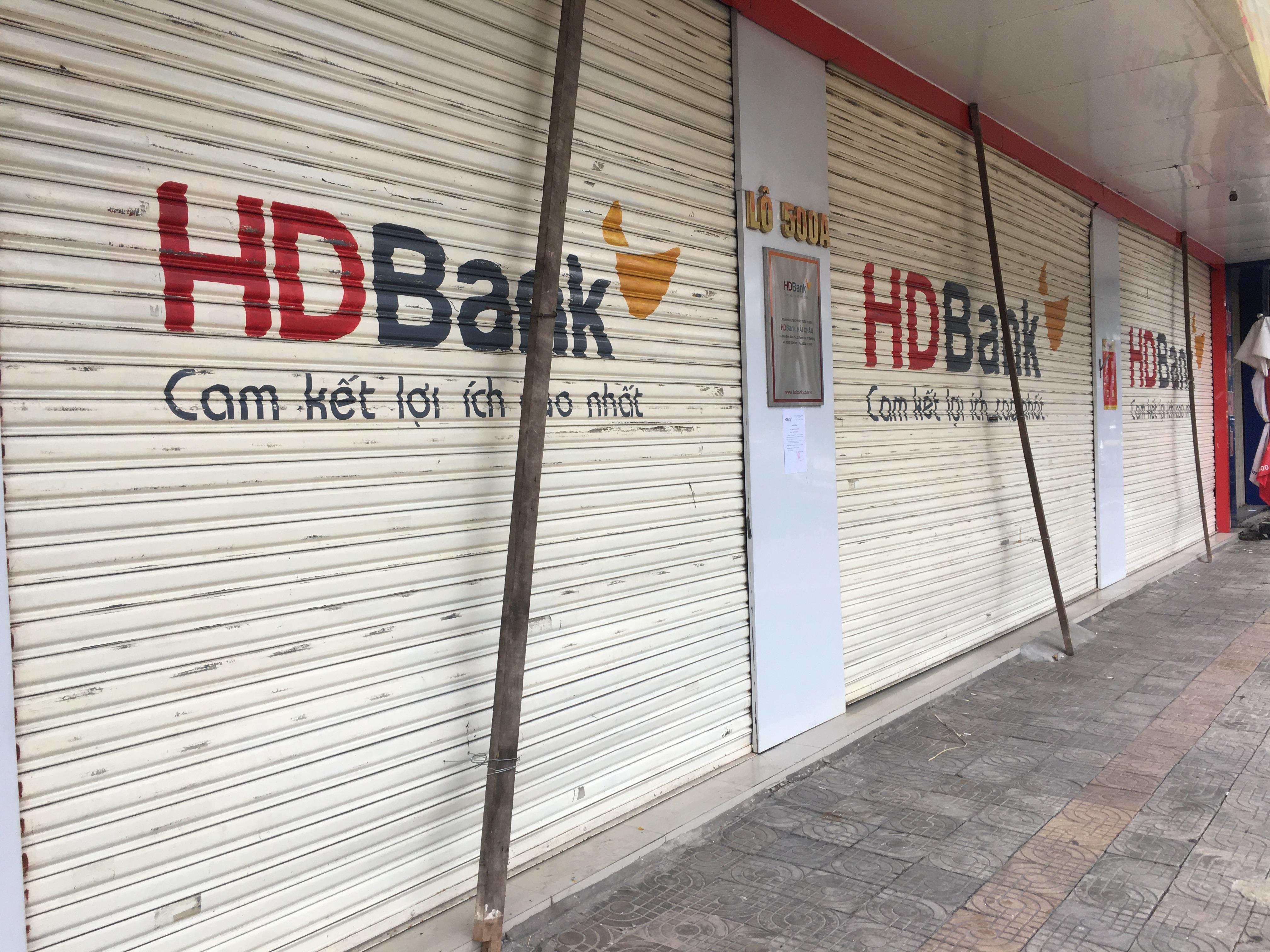 Bão số 9: Trụ ATM, ngân hàng ở Đà Nẵng tạm ngừng giao dịch, hàng loạt cửa hàng chèn chống trụ sở bằng hàng chục thanh sắt, gỗ loại lớn - Ảnh 7.