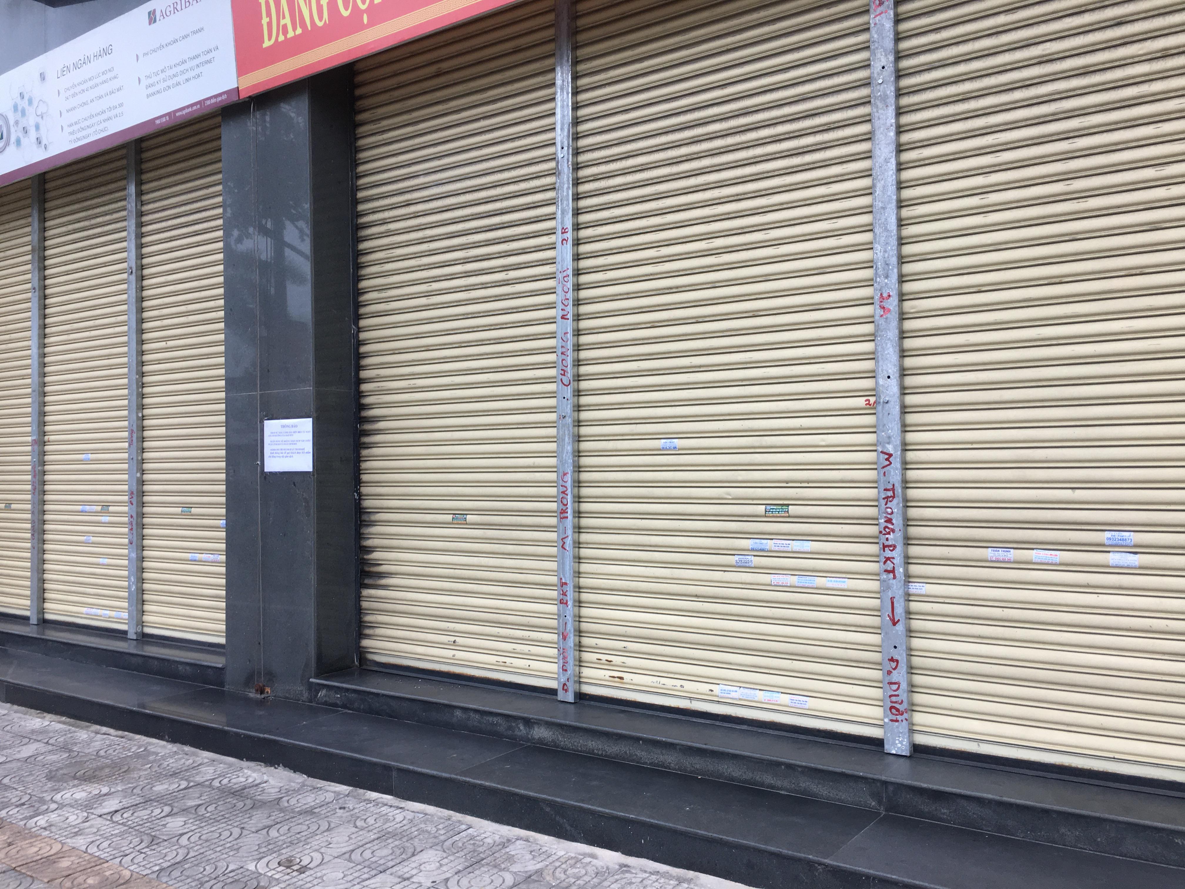 Bão số 9: Trụ ATM, ngân hàng ở Đà Nẵng tạm ngừng giao dịch, hàng loạt cửa hàng chèn chống trụ sở bằng hàng chục thanh sắt, gỗ loại lớn - Ảnh 6.