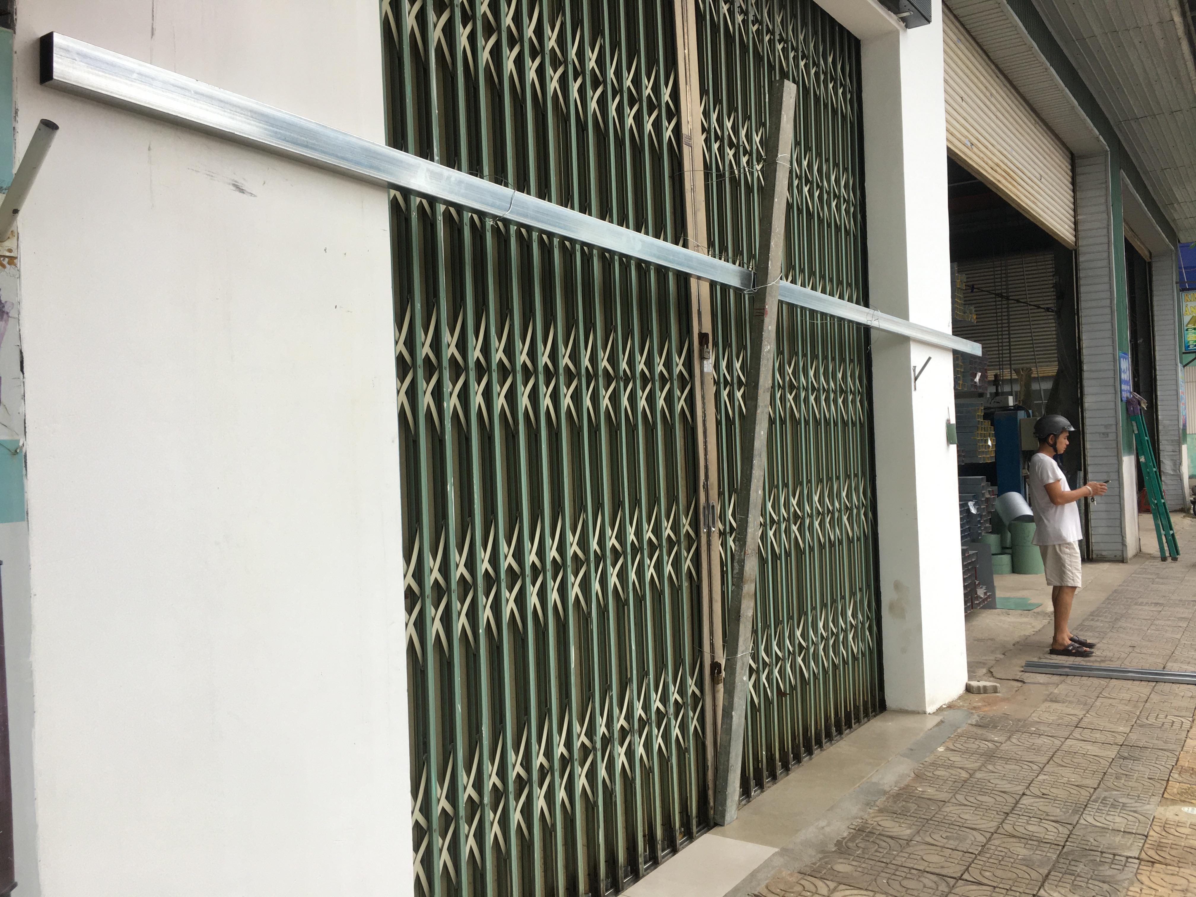 Bão số 9: Trụ ATM, ngân hàng ở Đà Nẵng tạm ngừng giao dịch, hàng loạt cửa hàng chèn chống trụ sở bằng hàng chục thanh sắt, gỗ loại lớn - Ảnh 13.