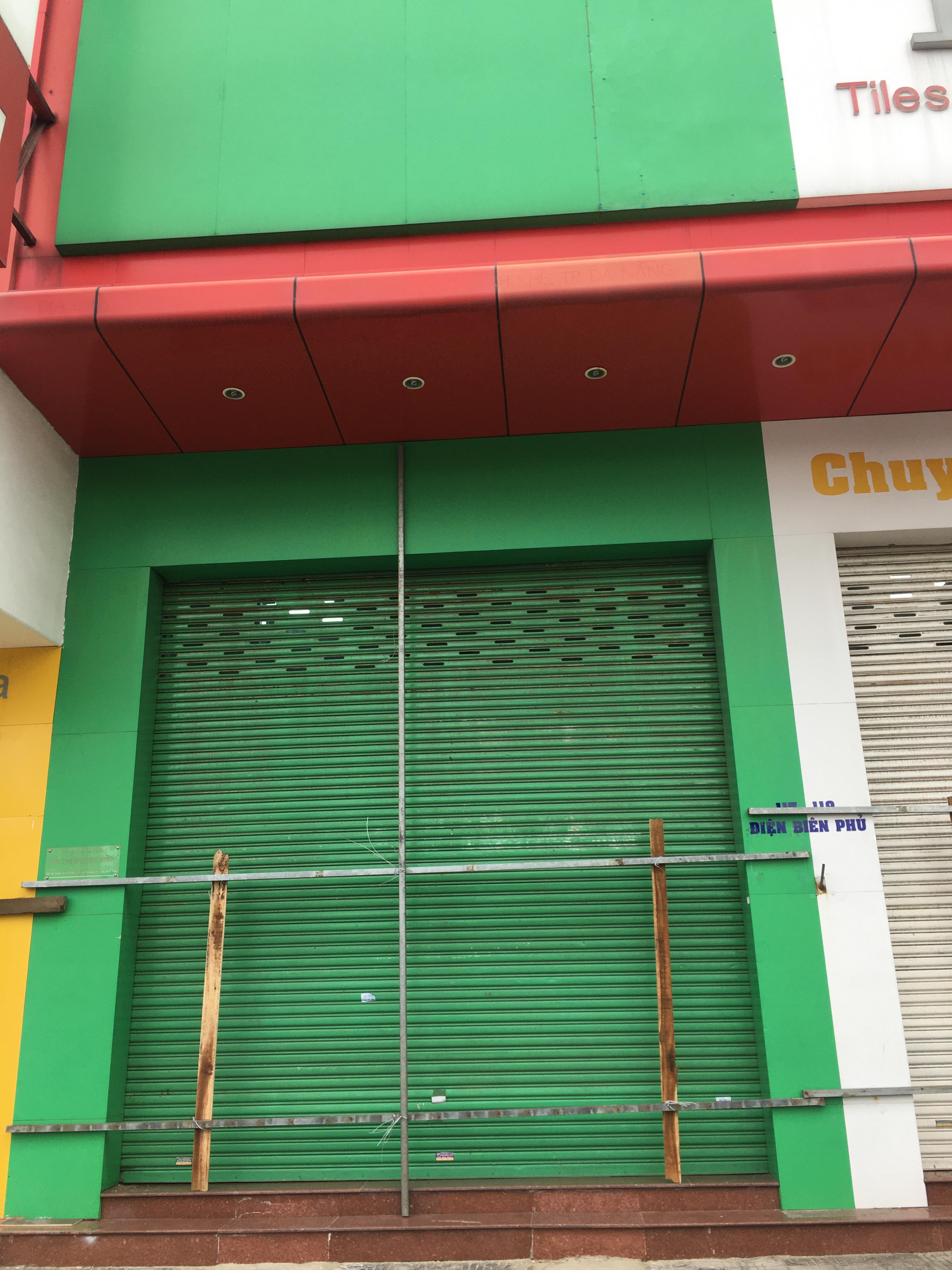 Bão số 9: Trụ ATM, ngân hàng ở Đà Nẵng tạm ngừng giao dịch, hàng loạt cửa hàng chèn chống trụ sở bằng hàng chục thanh sắt, gỗ loại lớn - Ảnh 12.
