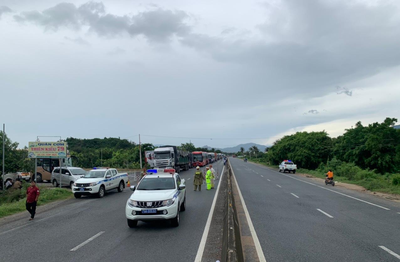 Tạm dừng lưu thông từ Khánh Hòa đi Phú Yên trên Quốc lộ 1 đến hết bão số 9 - Ảnh 1.