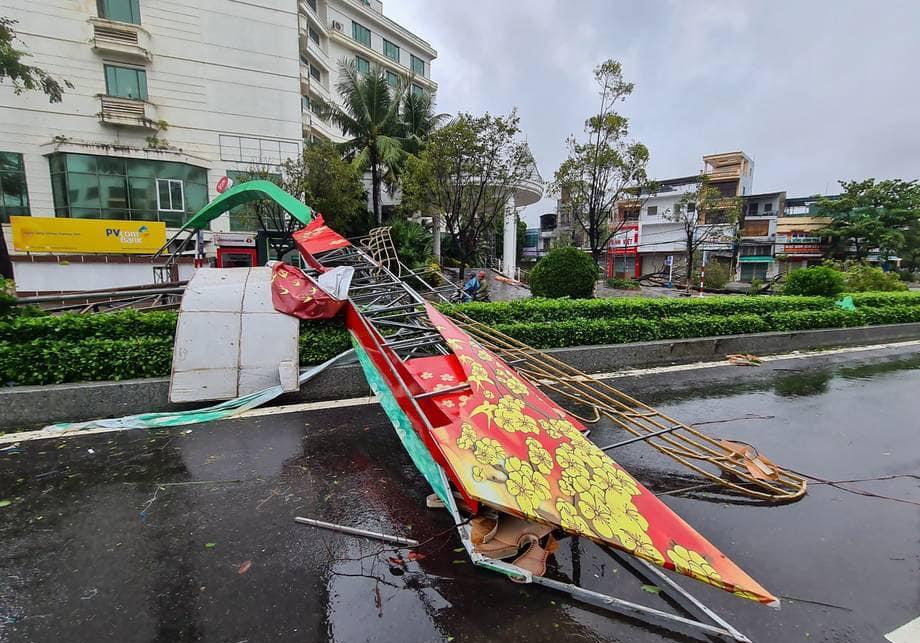 Bão số 9: Bình Định thiệt hại gần 400 tỉ đồng gần 2.900 ngôi nhà bị tốc mái, hư hỏng - Ảnh 1.