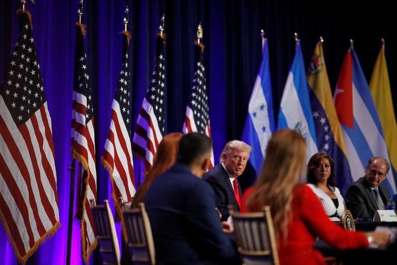 [PhotoStory] Một tuần bận rộn của Tổng thống Trump trước khi xác nhận nhiễm COVID-19 - Ảnh 1.
