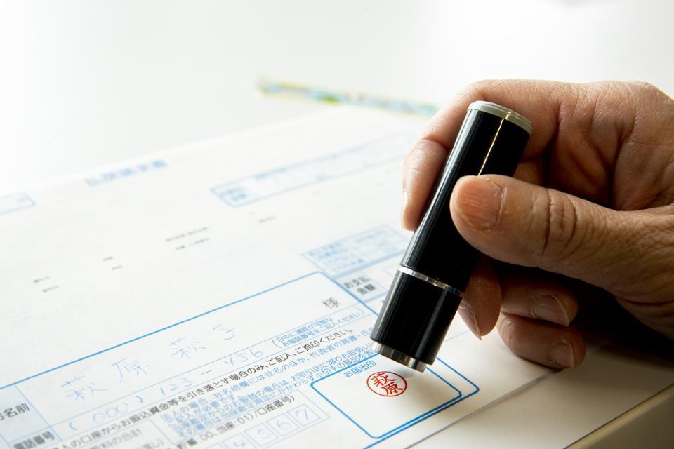 Nghị sĩ Nhật Bản trở thành tỉ phú nhờ bán chữ kí điện tử - Ảnh 2.