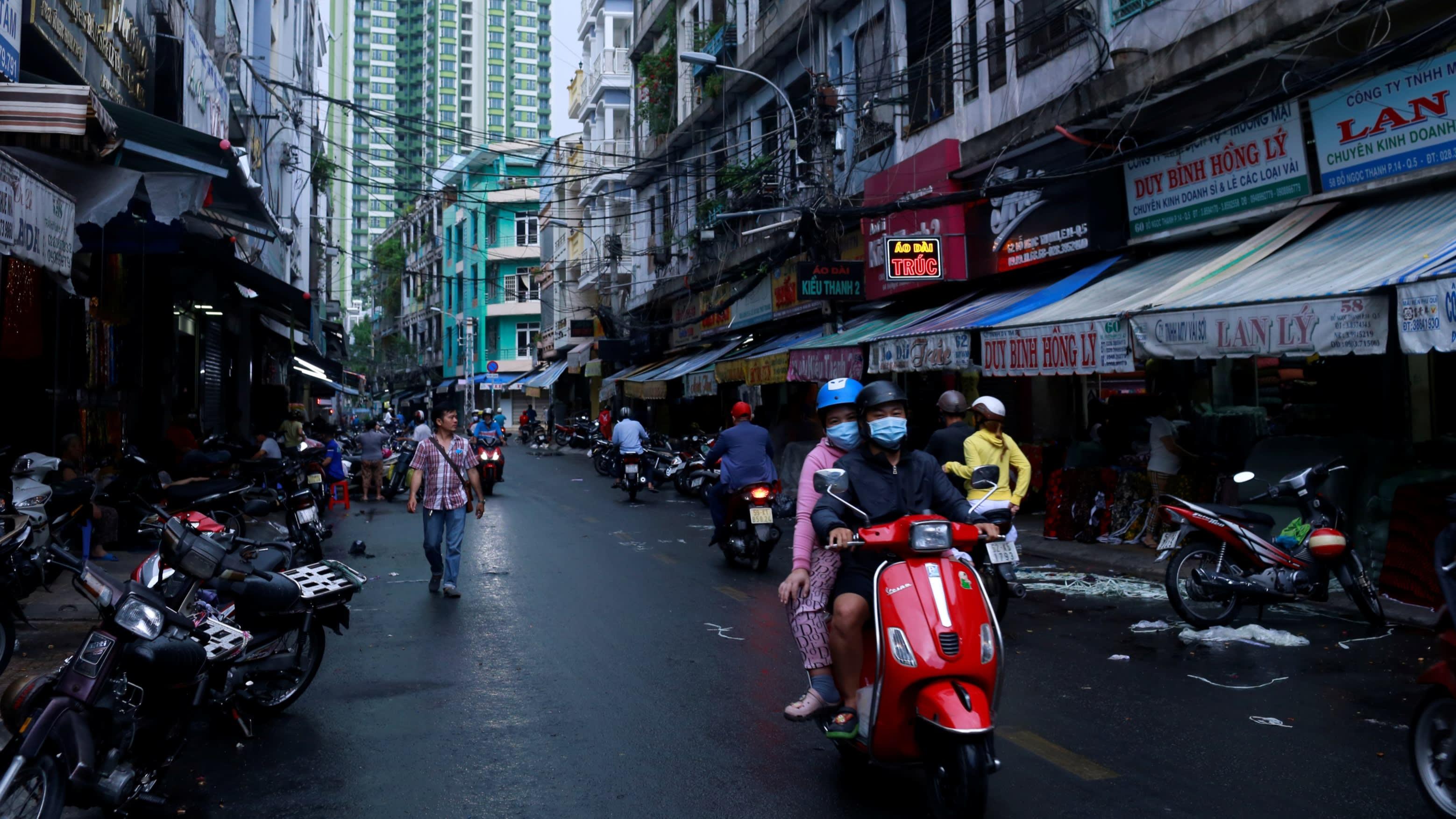 Niềm tin người tiêu dùng Việt Nam giảm mạnh nhất trong 20 năm trở lại - Ảnh 1.