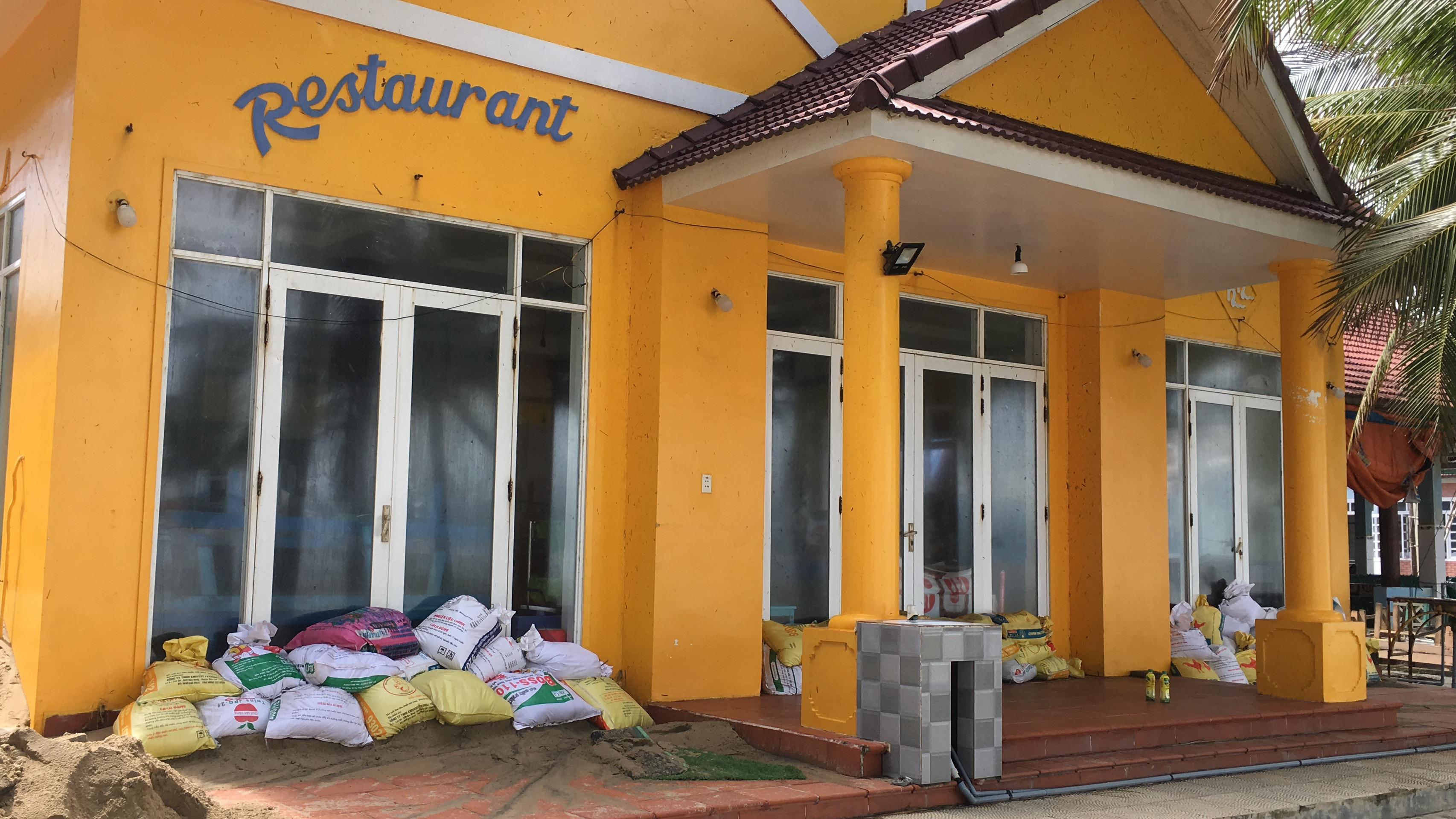 Nhà hàng, khách sạn ven biển Cửa Đại, Hội An trước nguy cơ đổ sập vì sạt lở - Ảnh 7.