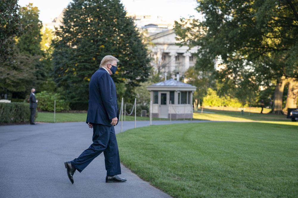 Bệnh tình của ông Trump phơi bày căng thẳng trên thị trường chứng khoán Mỹ - Ảnh 1.