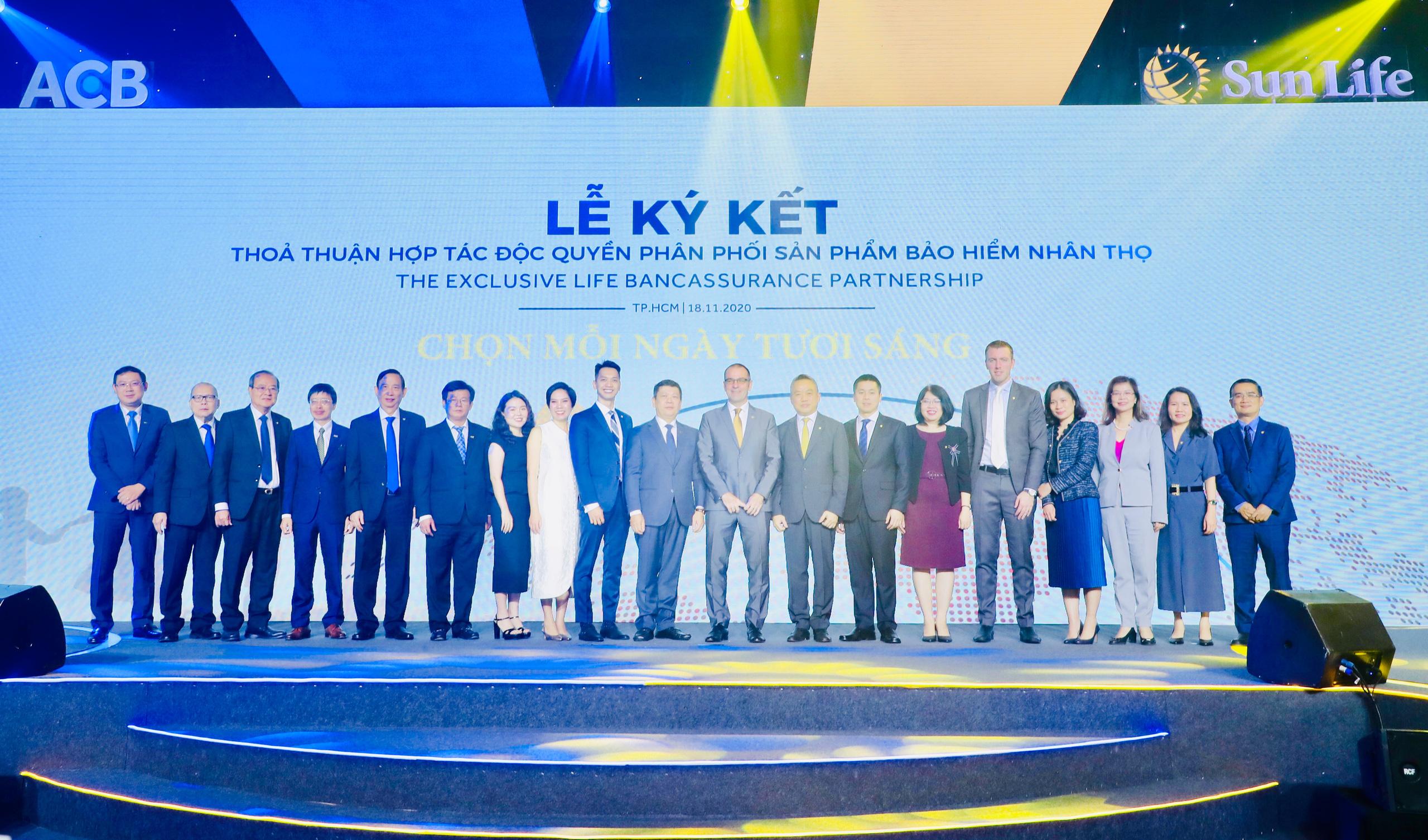 ACB bắt tay Sun Life Việt Nam độc quyền phân phối bảo hiểm nhân thọ 15 năm - Ảnh 2.