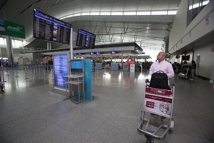 Sự khác biệt giữa 'truyền thống' và 'công nghệ' từ vụ việc phân làn đón khách sân bay Tân Sơn Nhất - Ảnh 1.