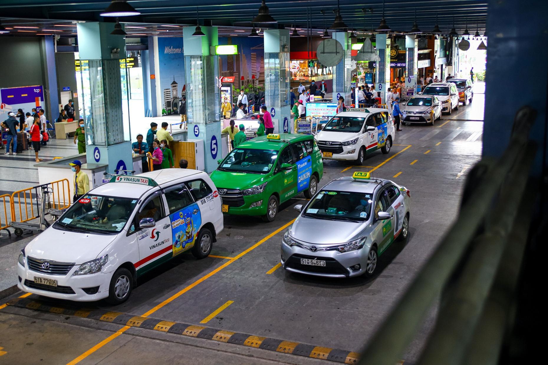 Sự khác biệt giữa 'truyền thống' và 'công nghệ' từ vụ việc phân làn đón khách sân bay Tân Sơn Nhất - Ảnh 2.