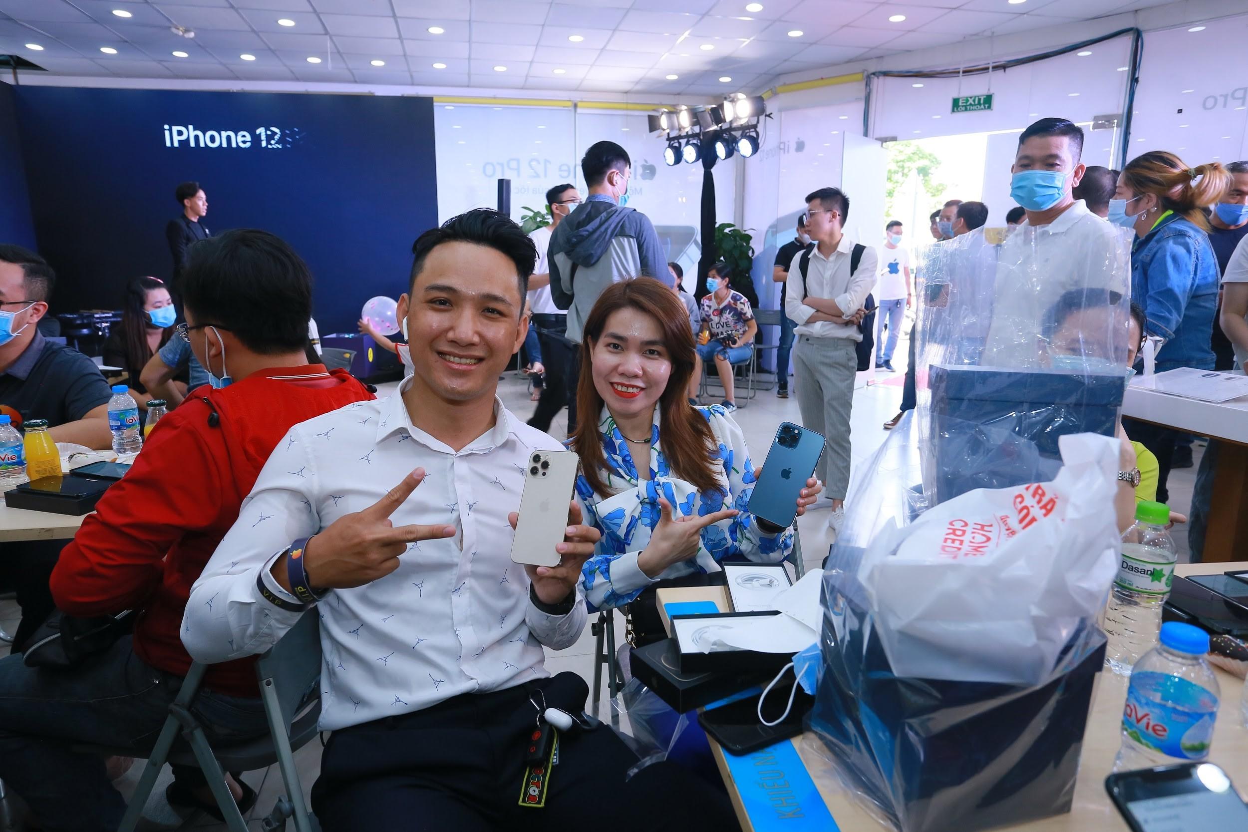 Đông nghịt khách từ online đến offline, Thế Giới Di Động là điểm 'nóng' ngày mở bán Iphone12 tại Việt Nam - Ảnh 4.