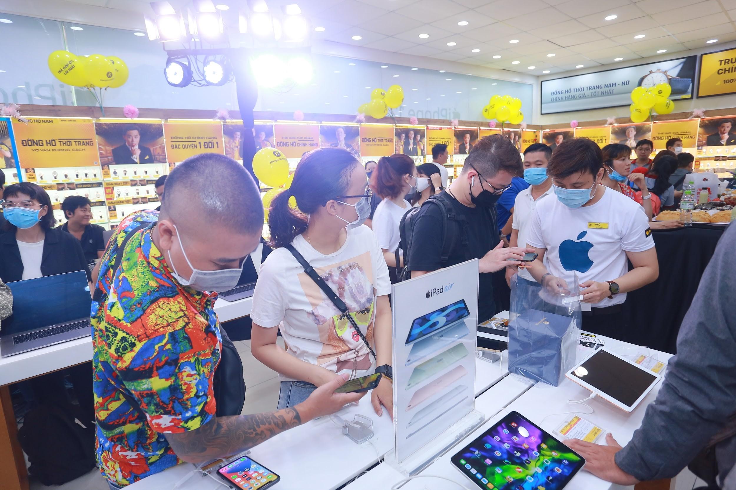 Đông nghịt khách từ online đến offline, Thế Giới Di Động là điểm 'nóng' ngày mở bán Iphone12 tại Việt Nam - Ảnh 5.