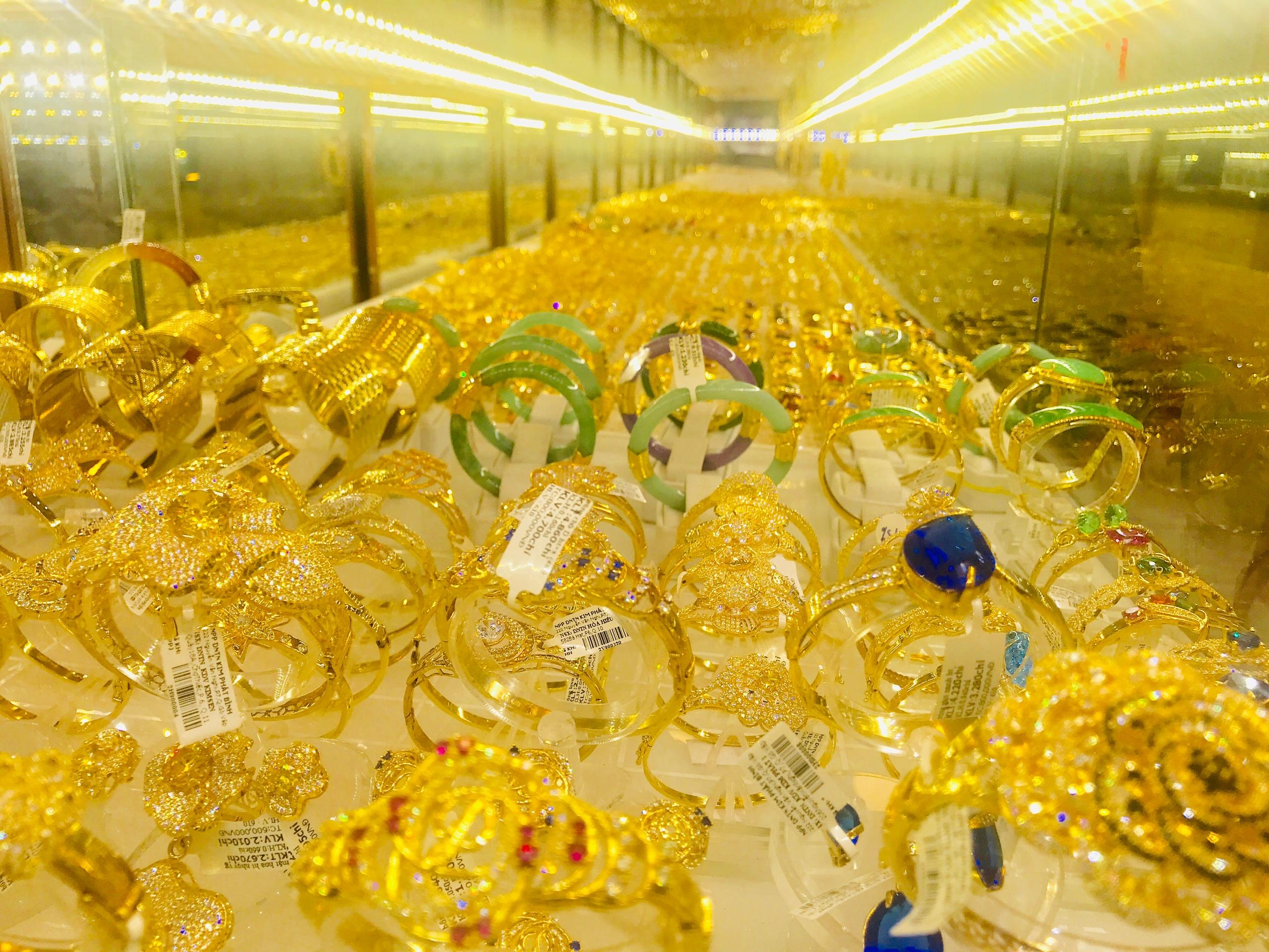 Giá vàng SJC rớt đến 2,6 triệu đồng/lượng, người mua lỗ hơn 3 triệu đồng trong tháng 11 - Ảnh 2.