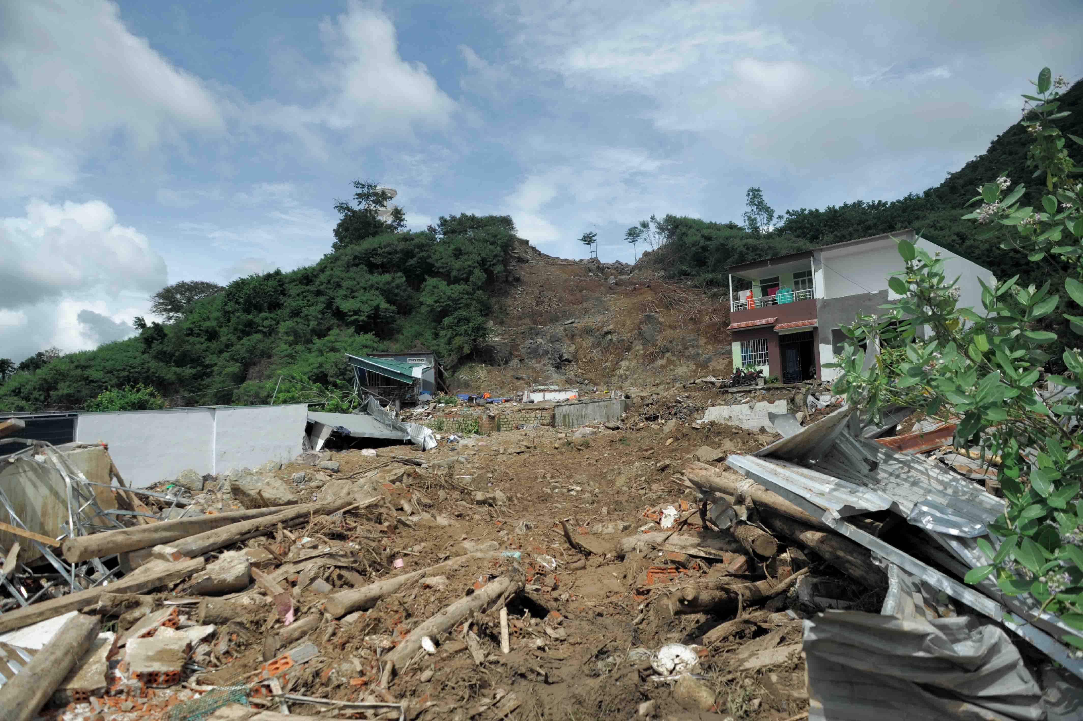 Hàng loạt sai phạm tại dự án Hoàng Phú gây sạt lở khiến 4 người trong gia đình thiệt mạng  - Ảnh 4.