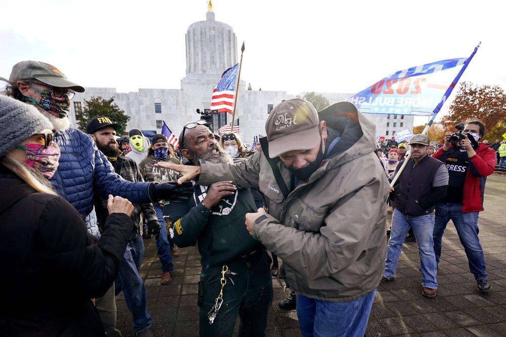 Người ủng hộ ông Trump từ chối nhận thất bại, nổi lên biểu tình khắp nơi - Ảnh 6.