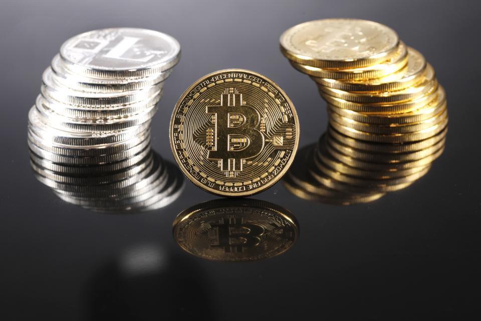 Mua vàng hay bitcoin: Cuộc tranh luận nóng bỏng trên Phố Wall hiện nay - Ảnh 1.