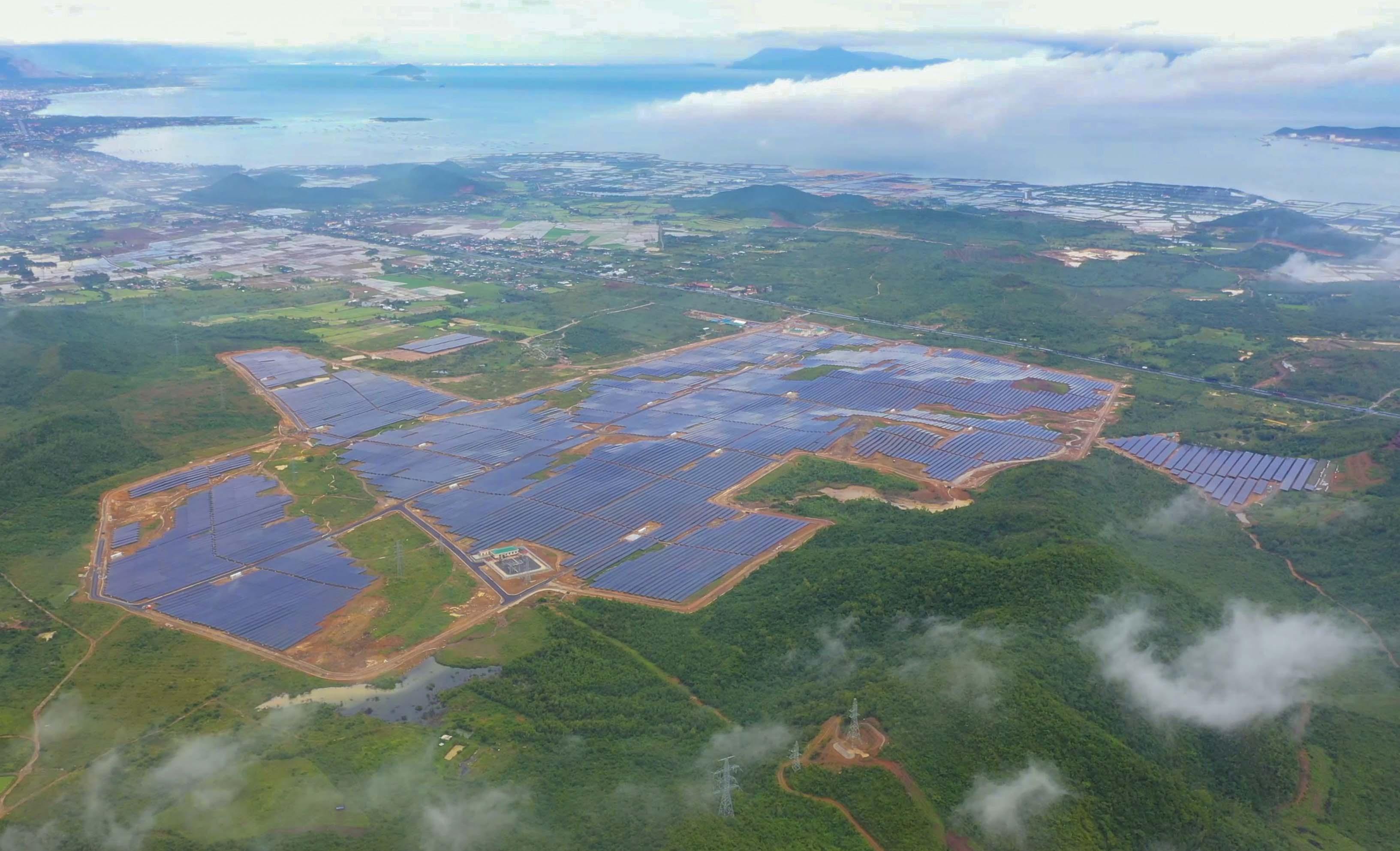 Nhà máy điện mặt trời KN Vạn Ninh trị giá hơn 2.000 tỷ đồng hoạt động - Ảnh 1.