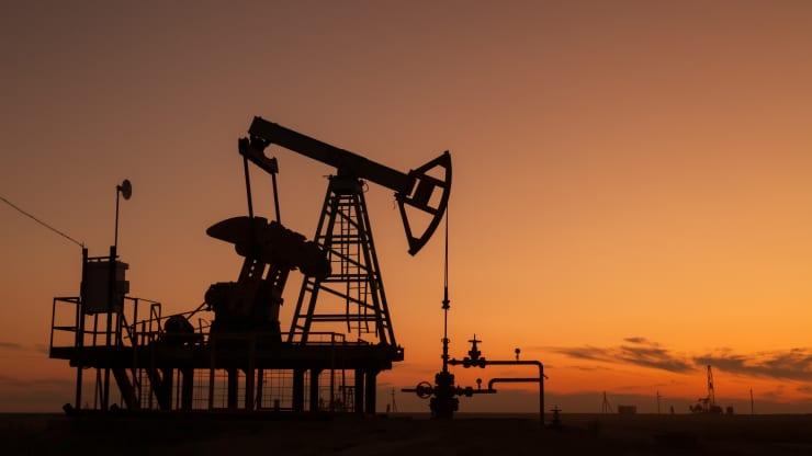 Giá xăng dầu hôm nay 26/12: Tồn kho Mỹ giảm, dầu tiếp tục tăng - Ảnh 1.