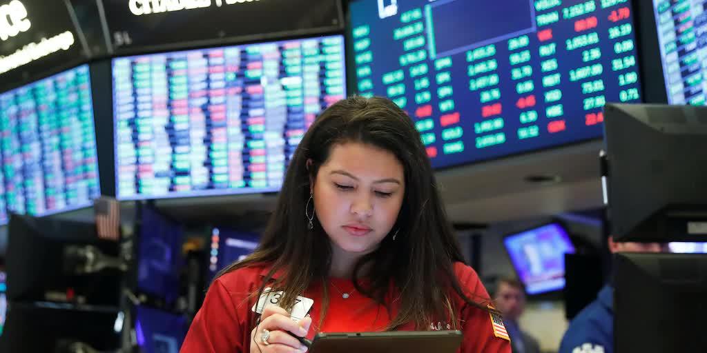 Dow Jones mất hơn trăm điểm, tụt khỏi đỉnh lịch sử - Ảnh 1.