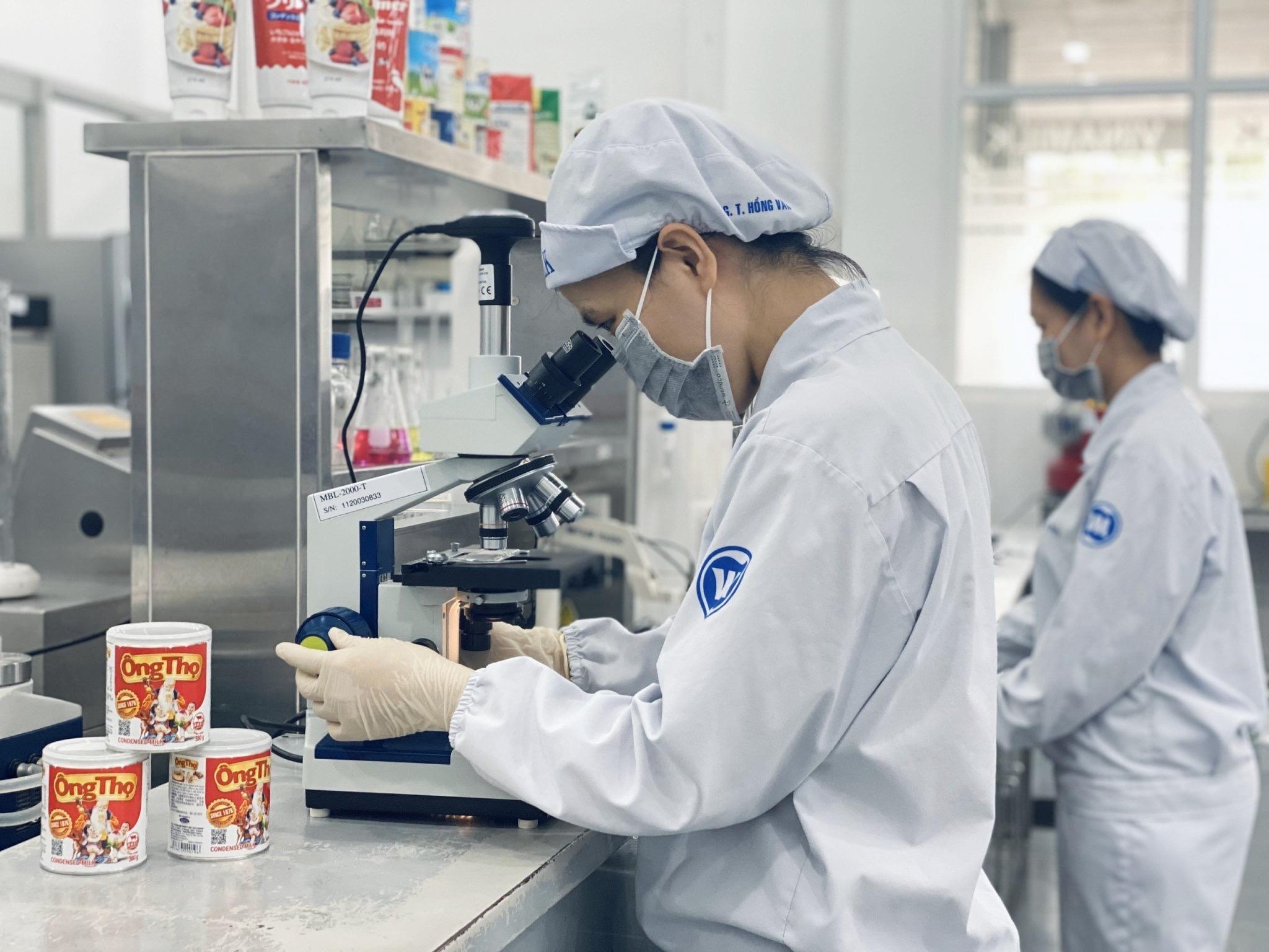 Tin vui giữa đại dịch, Vinamilk xuất lô sữa đặc đầu tiên sang Trung Quốc - Ảnh 2.