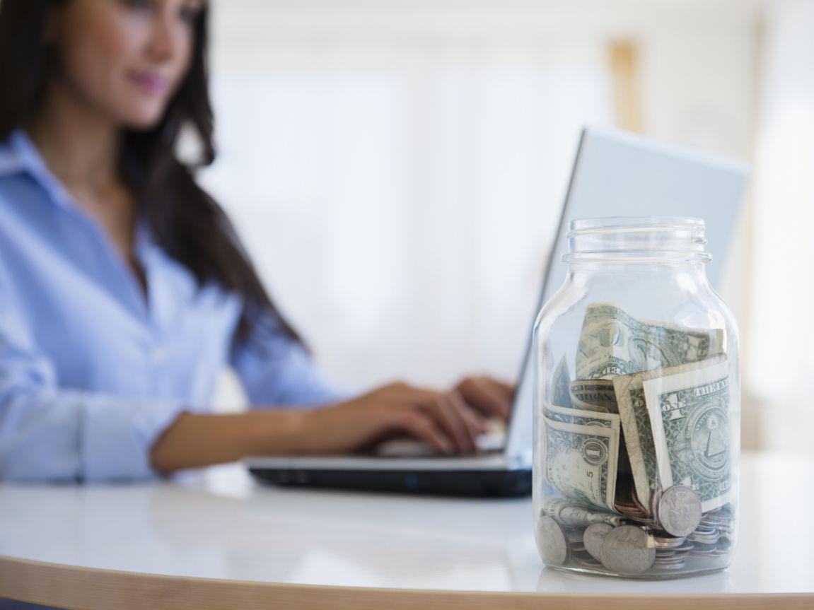 Vì sao bạn nên tiết kiệm ngay cả khi thu nhập giảm? - Ảnh 1.