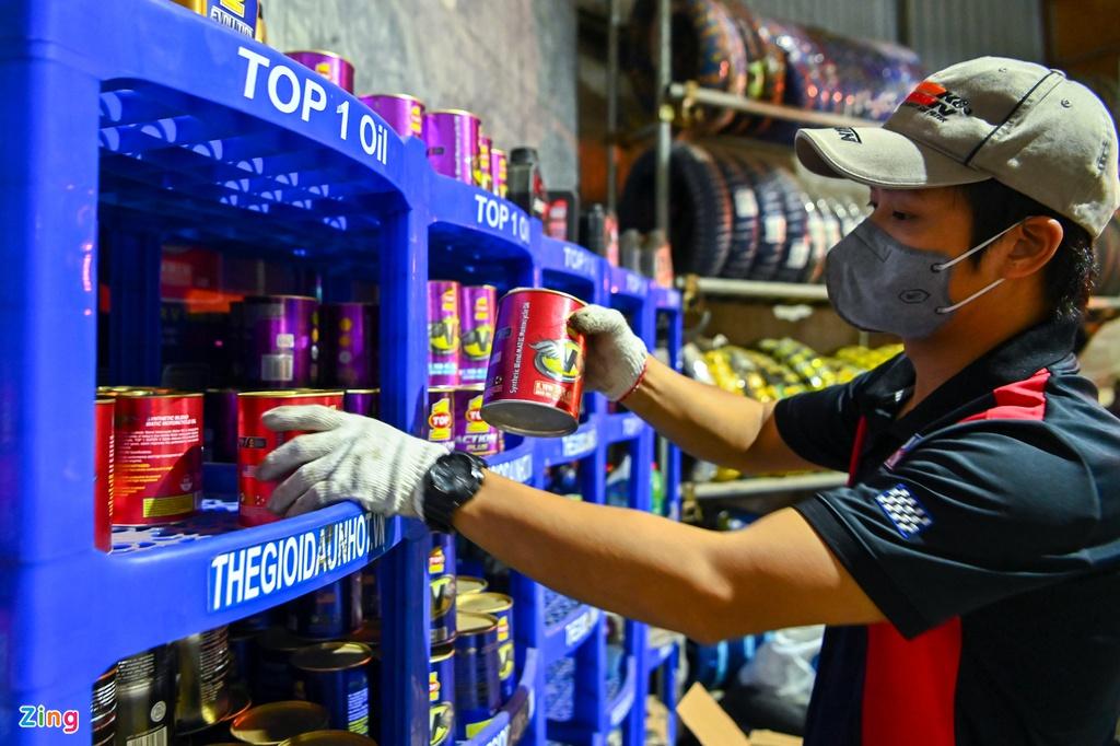 Sửa soạn cửa hàng lúc nửa đêm sau lệnh dừng cách li - Ảnh 2.