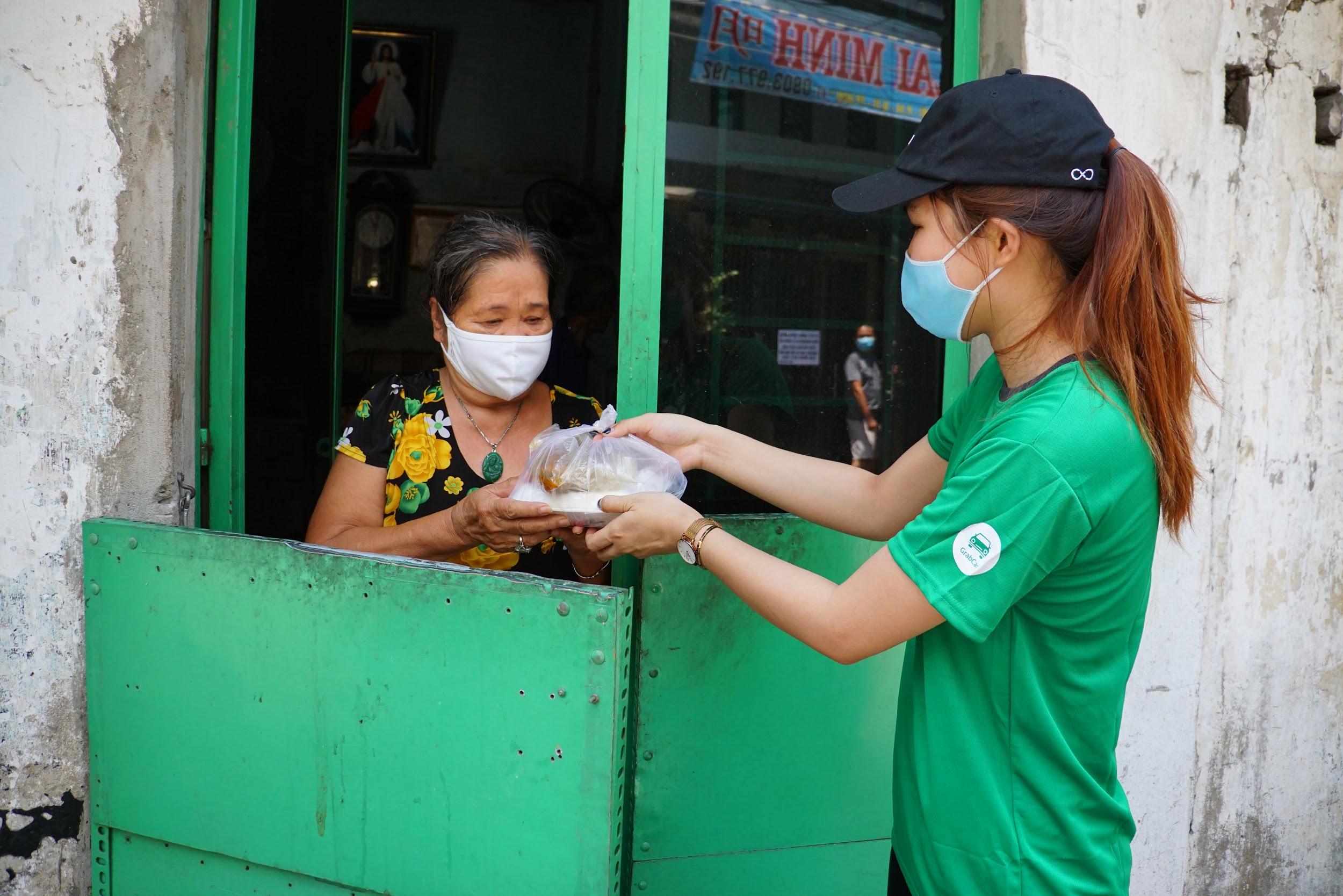 21.800 suất ăn miễn phí được Grab trao tặng cho người khó khăn trong mùa dịch - Ảnh 1.