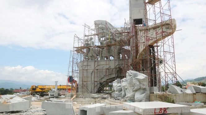 Huyện nghèo ở Quảng Nam xây tượng đài chục tỉ đồng - Ảnh 2.