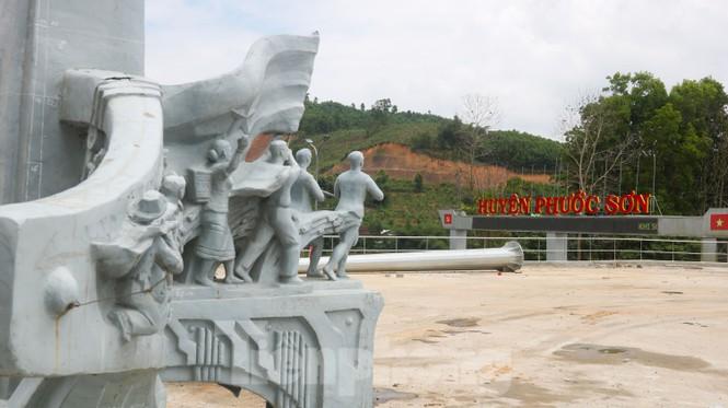 Huyện nghèo ở Quảng Nam xây tượng đài chục tỉ đồng - Ảnh 12.