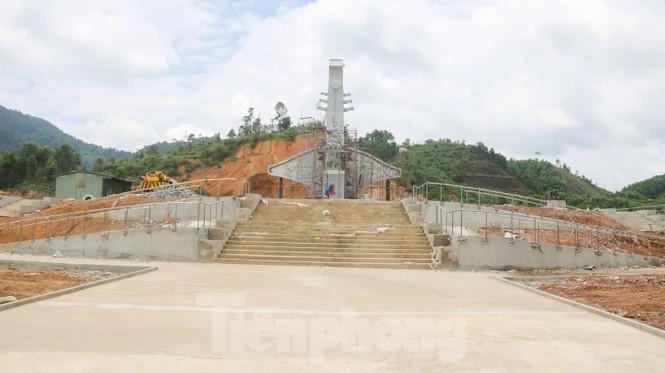 Huyện nghèo ở Quảng Nam xây tượng đài chục tỉ đồng - Ảnh 15.