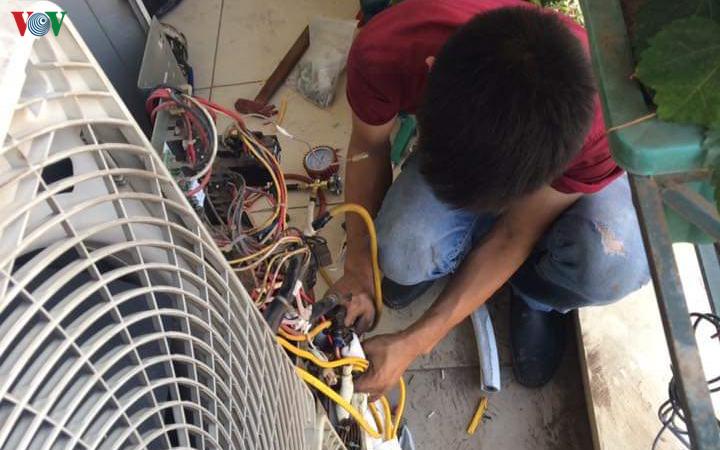 Thợ điều hòa ở Hà Nội đút túi vài triệu mỗi ngày mùa nắng nóng - Ảnh 3.