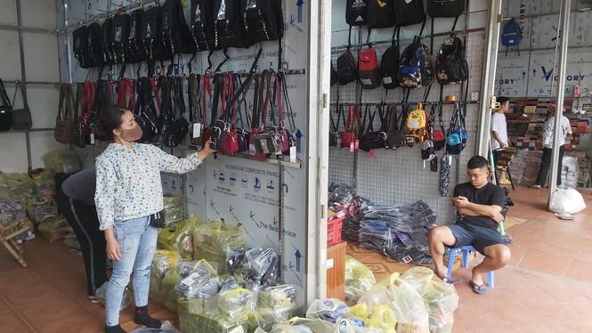 Tiểu thương chợ quần áo lớn nhất Hà Nội ngóng khách sau giãn cách xã hội - Ảnh 5.