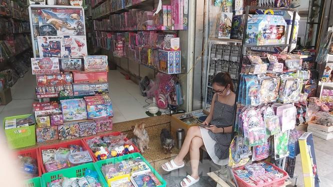 Tiểu thương chợ quần áo lớn nhất Hà Nội ngóng khách sau giãn cách xã hội - Ảnh 12.