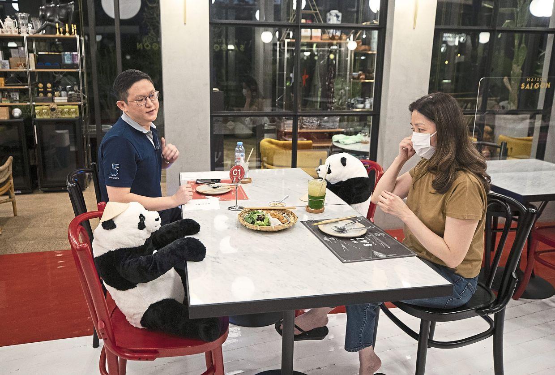 Lo khách cảm thấy đơn độc vì giãn cách xã hội, nhà hàng món Việt ở Thái Lan cho búp bê gấu trúc ngồi cạnh khách - Ảnh 1.