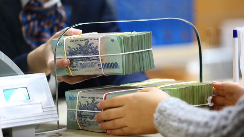 Tiền gửi khách hàng của nhiều ngân hàng lớn sụt giảm - Ảnh 1.