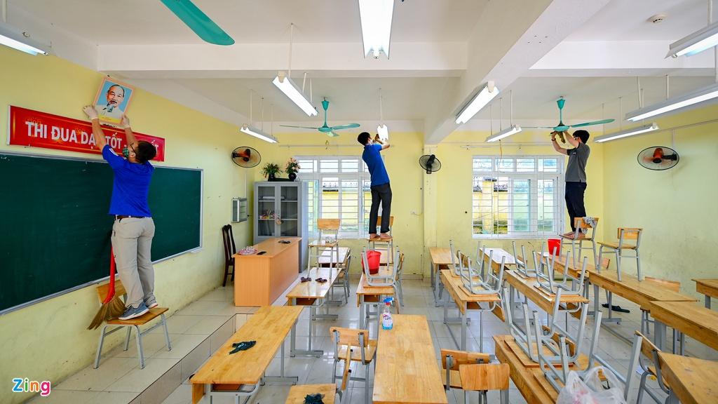 Thầy cô tất bật dọn dẹp trường đón học sinh trở lại lớp - Ảnh 2.