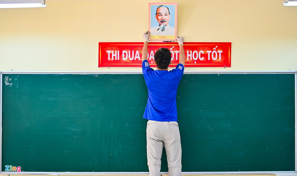 Thầy cô tất bật dọn dẹp trường đón học sinh trở lại lớp - Ảnh 3.