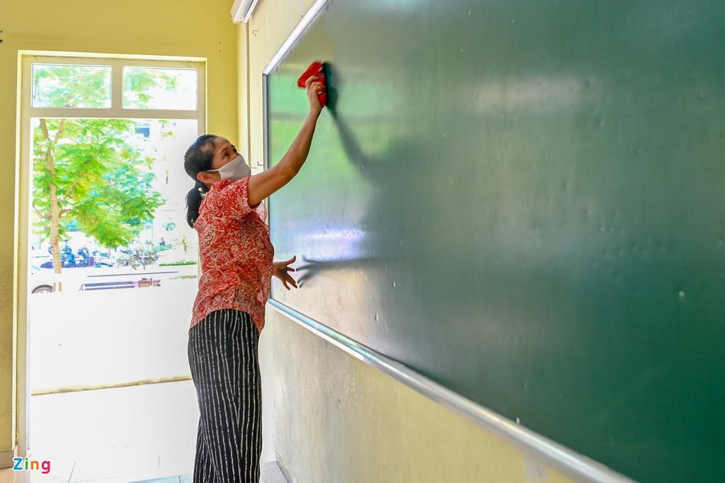 Thầy cô tất bật dọn dẹp trường đón học sinh trở lại lớp - Ảnh 5.
