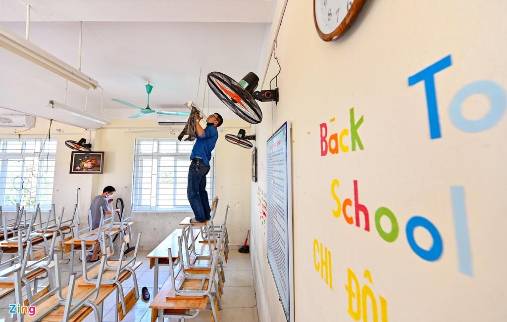 Thầy cô tất bật dọn dẹp trường đón học sinh trở lại lớp - Ảnh 9.
