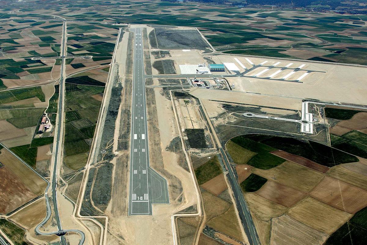Phi trường cho thuê bãi đỗ và bảo trì máy bay phát tài nhờ COVID-19 - Ảnh 2.